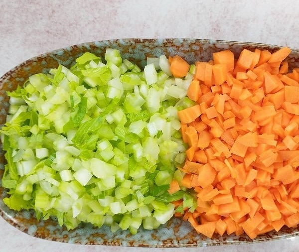 Порезать кубиками морковь и сельдерей