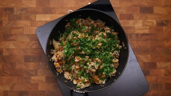 Куриная грудка на сковороде кусочками с рисом и грибами