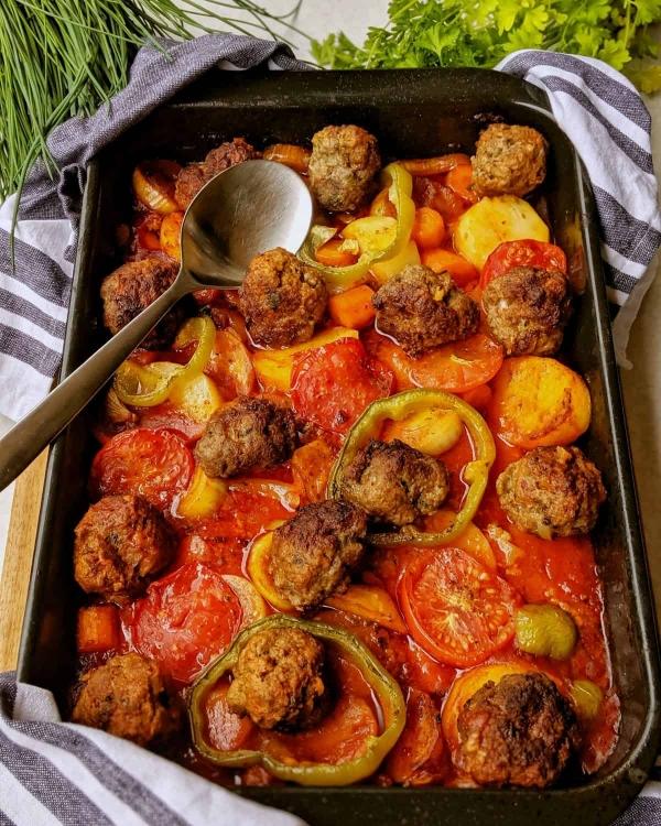 Фрикадельки в томатном соусе в духовке с картошкой и овощами