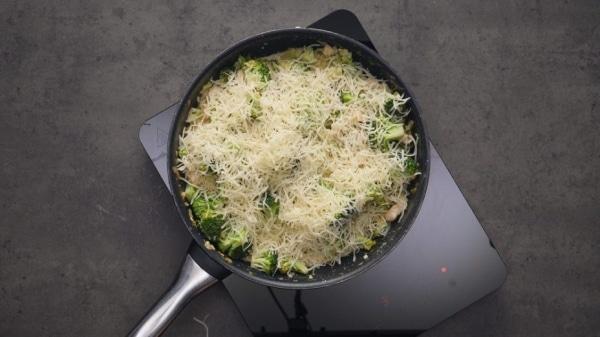 Куриная грудка на сковороде в сливочном соусе с брокколи