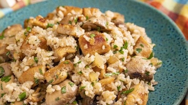 Куриная грудка на сковороде кусочками с грибами и рисом