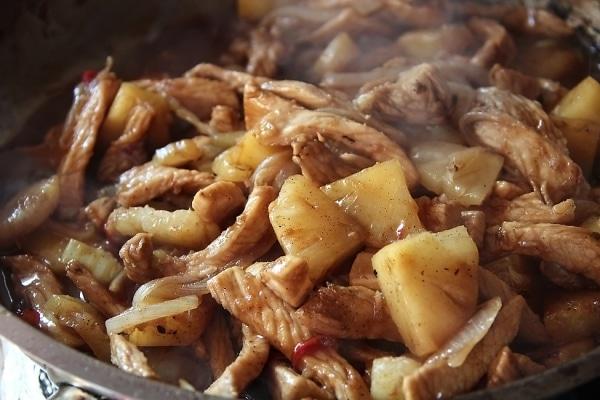 Индейка на сковороде в соевом соусе с овощами кусочками